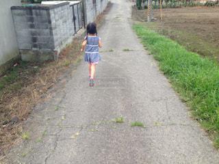 道路の側をスケート ボードに乗って少年の写真・画像素材[1394656]