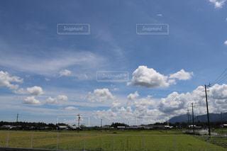 空の雲と大規模なグリーン フィールドの写真・画像素材[1394660]
