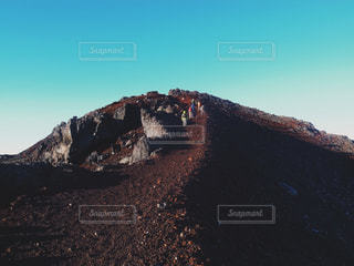 山の上に乗る男の写真・画像素材[1405311]