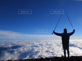 空の高い雪のボードに立っている人の写真・画像素材[1405323]