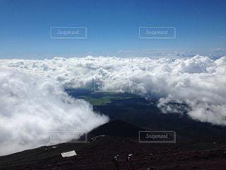 山上空の雲のグループの写真・画像素材[1405333]