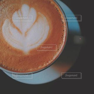 テーブルの上のコーヒー カップの写真・画像素材[1411070]