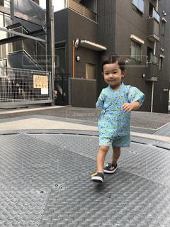 歩道の上を歩く少女の写真・画像素材[1411925]