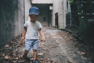 未舗装の道路を自転車に乗る少年の写真・画像素材[1425946]
