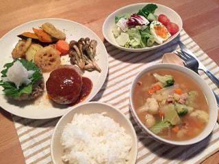 テーブルの上に食べ物のプレートの写真・画像素材[1463386]