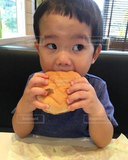 食事のテーブルに座って男の子の写真・画像素材[1463396]