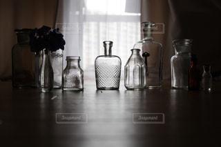 木製テーブルの上に座っている花瓶の写真・画像素材[1638833]