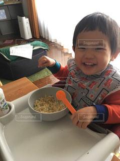 食品のプレートをテーブルに座って男の子の写真・画像素材[1642890]