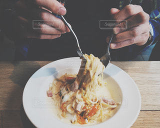 食べ物,ランチ,手,フォーク,テーブル,スプーン,皿,パスタ,人物,人,カトラリー,レストラン,料理,カルボナーラ