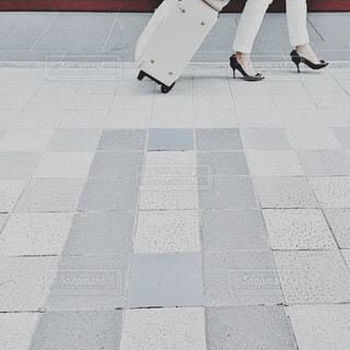白いタイル張りの床で人の写真・画像素材[1657313]