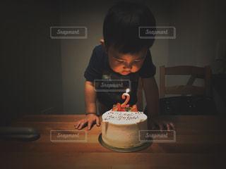 ケーキを切る少年の写真・画像素材[1668249]