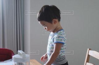 屋内,子供,人物,壁,横顔,人,赤ちゃん,少年,男の子,ロンパース,3歳,部屋着,半袖,腹巻