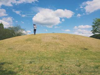 自然,空,公園,芝生,屋外,草原,雲,親子,後ろ姿,山,景色,丘,バック,人物,人,日中
