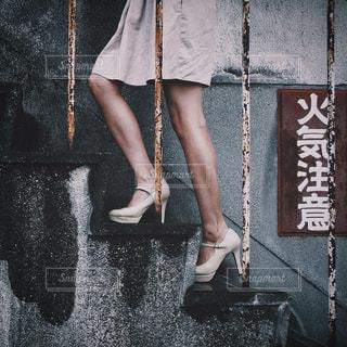 女性,建物,雨,階段,足,ドレス,スカート,人物,人,脚,梅雨,名古屋,ハイヒール,履物