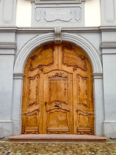 スイスで見つけたドアの写真・画像素材[1196081]