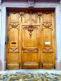 スイスで見つけたドアの写真・画像素材[1196087]