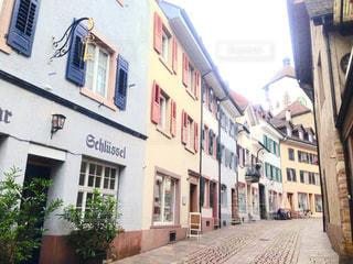 狭い街の建物の側に建物と通りの写真・画像素材[1197929]