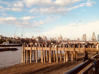 水の体の横に木製の桟橋の写真・画像素材[1197958]