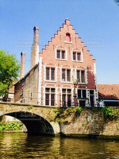 家の前の川に架かる橋の写真・画像素材[1198526]