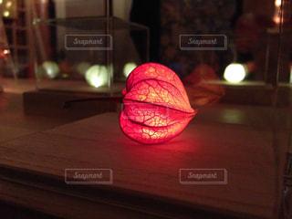 テーブルの上の赤い明かりの写真・画像素材[1201814]