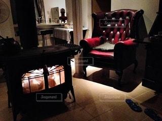 リビング ルームに大きな赤い椅子の写真・画像素材[1212738]