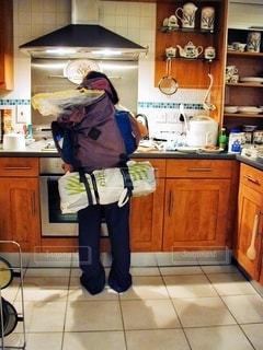 キッチンに立っている人の写真・画像素材[1242522]