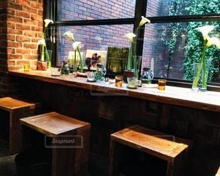 テーブルにガラスの瓶のグループの写真・画像素材[1248323]
