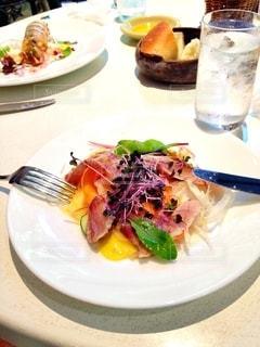 テーブルの上に食べ物のプレートの写真・画像素材[1270901]