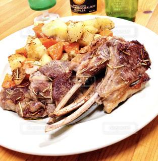 テーブルの上に食べ物のプレートの写真・画像素材[1270959]