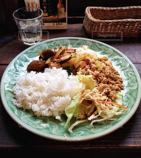 米肉と野菜をテーブルの上に食べ物のプレートの写真・画像素材[1270964]