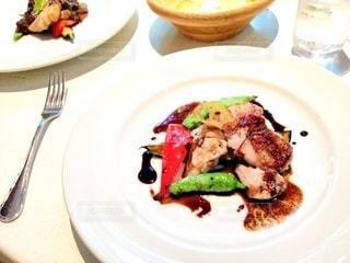 テーブルの上に食べ物のプレートの写真・画像素材[1270966]