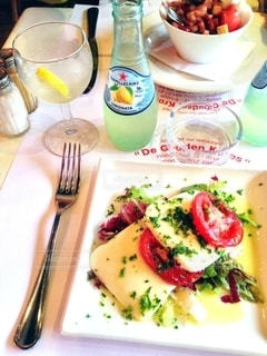 テーブルの上に食べ物のプレートの写真・画像素材[1270979]