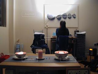 部屋で机に座っている人の写真・画像素材[1294272]