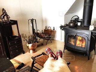 暖炉の横にあるストーブ トップ オーブン リビングの写真・画像素材[1622365]