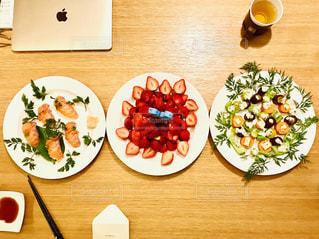 食べ物,食事,屋内,いちご,苺,テーブル,皿,サラダ,イクラ,ご飯,料理,寿司,サーモン,上から
