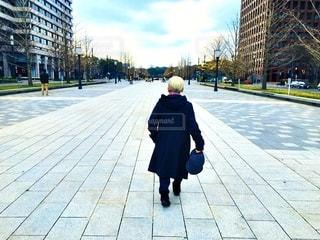 女性,風景,空,白,人物,道,人,歩道,地面,おばあちゃん,ホワイト,老人