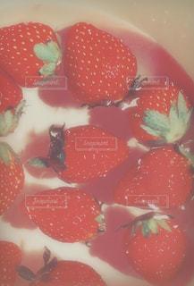 水に浮かぶイチゴの写真・画像素材[1233077]