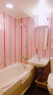 ストライプが可愛いバスルームの写真・画像素材[1262188]