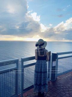 女性,海,空,夕日,屋外,後ろ姿,水面,旅行,グアム,夕陽,海外旅行,眺め,恋人岬
