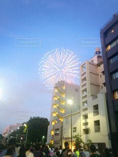 まだ明るい空に上がる花火の写真・画像素材[1310283]