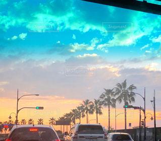 空,夏,夕日,南国,雲,車,車内,道,信号,ヤシの木,夕陽,明るい,通り,交通