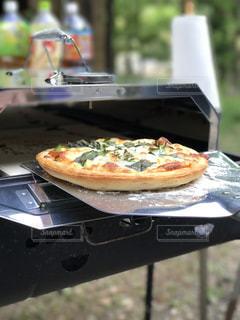 グリルの上に座ってピザの写真・画像素材[1203644]