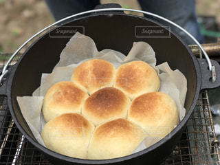 金属鍋の上に座って食品のボウルの写真・画像素材[1203671]