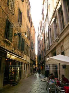ヴェネツィアの路地のカフェの写真・画像素材[1217370]