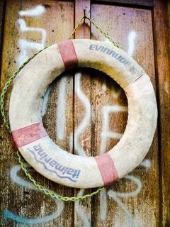 ヴェネツィアの路地に掛けてあった浮き輪の写真・画像素材[1217795]
