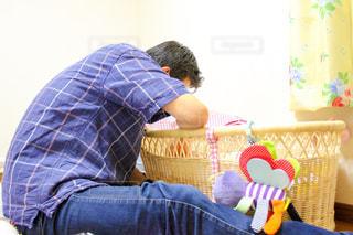 赤ちゃんを見つめるパパの写真・画像素材[1247856]