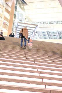 階段をのぼる父娘の写真・画像素材[1260969]
