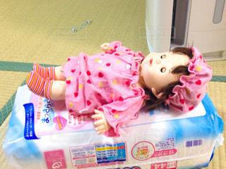 おむつベッドで寝る人形の写真・画像素材[1261439]