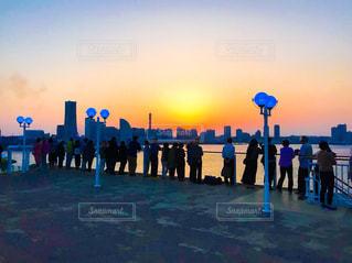 クルーズ船で夕焼けを見る人々の写真・画像素材[1269224]