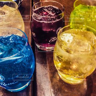 テーブルの上の水のボトルの写真・画像素材[1411366]